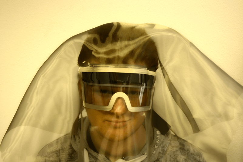 For the highest shielding performance a suit in combination with shielded face protection is recommended