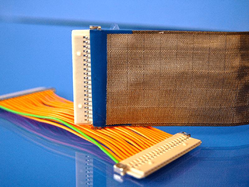 Flexible Kabelschirm ist auch einfach, auf Flachbandkabel zu montieren. Die Flexibilität des Kabels bleibt.