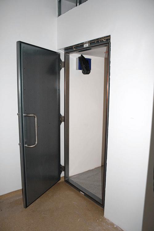 Faraday swing door & EMI/RFI/EMP shielded doors for Faraday cages and EMI/RFI shielded room Pezcame.Com