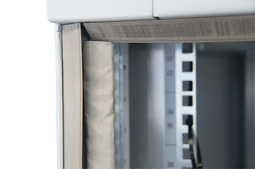 The rack door frame is equipped with resilient electrically conductive gaskets that ensure good contact between the door and the frame when closed.