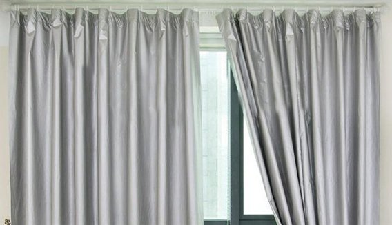 導電性布地からなるEMI遮蔽カーテン